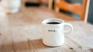 Begin Kaffee - Foto von Danielle MacInnes